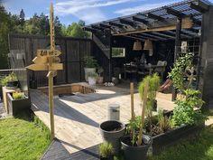 Uterom med pergola og kreative trebyggerier – Bergene Holm Blogg Small Outdoor Spaces, Outdoor Areas, Outdoor Rooms, Outdoor Living, Outdoor Decor, Diy Pergola, Dream Garden, Home And Garden, Backyard Pool Designs