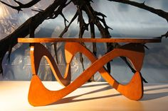 Mesa de centro de Zanine Caldas feita em sua fase do compensado naval, na Galeria Artemobilia || Feira MADE (Foto: divulgação)