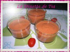 Originaire d'Espagne le gazpacho est habituellement fait à base de Tomates et se consomme bien froid. On peut le servir en entrée ou en apéro dans de petites verrines. Environ 400 gr de tomates bien mûres 1/2 poivron 1/2 concombre un petit oignon 2 gousses...
