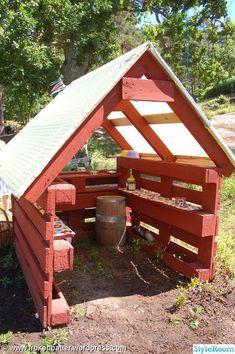 Outside DIY: kiosk,lekstuga,lastpallar,lastpall,diy (Diy Pallet Planter) Diy Pallet Projects, Outdoor Projects, Garden Projects, Pallet Ideas, House Projects, Pallets Garden, Wood Pallets, Casa Kids, Pallet Playhouse
