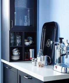 Кофемашина на узкой столешнице ИКЕА. Настенный шкафчик с чашками, кофе и стеклянной посудой.