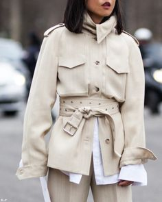 Love this neutral belted shirt jacket paired with a cool white shirt - great spring street style inspiration Modern Fashion, Look Fashion, 90s Fashion, Minimalist Fashion, Fashion Outfits, Fashion Tips, Fashion Stores, Classy Fashion, Paris Fashion