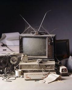 La televisión se creó a principios de 1929 cuando la BBC realizón en el Reino Unido la primera emisión pública.