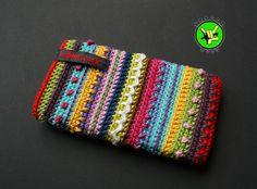 Diese Handytasche ist aus reiner Baumwolle handgehäkelt. Sie passt für Handys, die etwa die Maße 15 x 14 x 6 cm haben (z.B. Samsung Galaxy S Plus I900