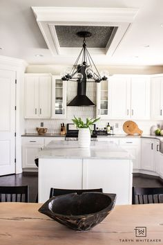 Spring Decor Ideas -black and white Scandinavian inspired kitchen with wood open shelving and live edge table Beautiful Kitchen Designs, Beautiful Kitchens, Live Edge Table, Cool Diy Projects, Decor Ideas, Diy Ideas, Open Shelving, Kitchen Inspiration, Kitchen Ideas