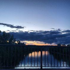 Por do sol em #stuttgart 🇩🇪💛 #viagem #viagemjovem #amo #alemanha #germany New York Skyline, Celestial, Sunset, Travel, Outdoor, Road Maps, Germany, Sun, Destinations