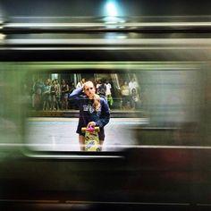 Oportunidades... Você tem que ficar atento pois as vezes elas são únicas.  Estação Sé do Metrô de São Paulo! Foto: @leonardoeroico com @brunna.forkel #sampa #saopaulo #usuariosmetrosp #skate #sk8 #skateboarding #skategirl #longboard #longboards #longboardgirl #metrosp
