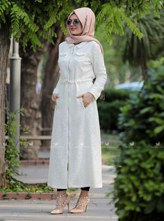Krem azra kap modelimiz önden cepli olup, beli büzgülüdür. Kolları manşetli ve düz kesimdir. Islamic Clothing, High Neck Dress, Clothes, Dresses, Fashion, Turtleneck Dress, Outfit, Clothing, Gowns