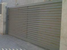 Puerta corredera a una hoja de 2m20 de alto y 5m50 de largo. Fabricada con lamas tipo Z - www.vinuesavallasycercados.com