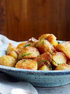 Skal du ha skikkelig sprøstekte poteter som er myke som potetmos på innsiden har du kommet til riktig sted. Eller riktig blog for å være presis. For å lageskikkelig sprøstekte poteter trenger du tid og, hold deg fast, natron. Natron tilsettes kokevannet og hjelper med å bryte ned utsiden av potetene. Utsiden brytes ytterlig ned [...]Read More... Food N, Food And Drink, I Love Food, Good Food, Norwegian Food, Norwegian Recipes, Good Enough To Eat, Snacks, Food Inspiration