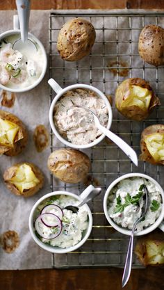 Baked potatoes and four fillings - see the delicious recipes! I Love Food, Good Food, Yummy Food, Fodmap Recipes, Healthy Recipes, Delicious Recipes, Baked Potato With Cheese, Warm Food, Everyday Food
