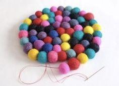 Diy Wool Felt, Felt Diy, Pom Pom Crafts, Felt Crafts, Crafts To Make And Sell, Crafts For Kids, Recycler Diy, Felt Ball Rug, Pom Pom Rug