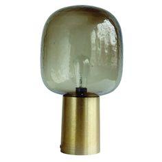 Deze tafellamp lijkt op een hele grote bulb! Het vergrijsde glas staat in een goud aluminium koker en zorgt voor wel heel sfeervolle verlichting! De tafellamp N