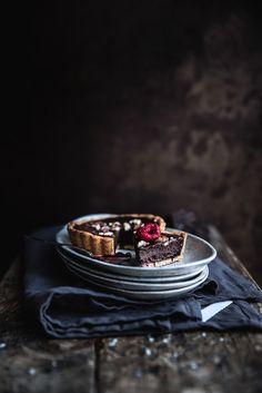 Crostatine alle mandorle, confettura ai frutti di bosco e cioccolato salato