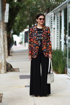 Look da Alice Ferraz todo preto com blazer estampado e colorido