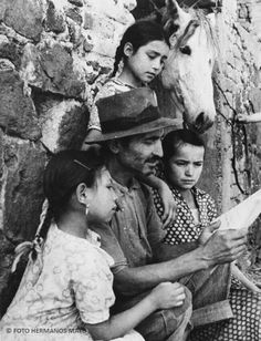 Padre de familia leyendo a sus hijos. México, D.F. 1946.