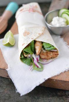 Griekse wraps met kip en tzatziki, een hemelse combinatie. Goed gekruide kipfilet die gemarineerd is in Griekse yoghurt, knoflook en lekkere kruiden en daarna licht gegrild is in de grillpan waardoor de kip heerlijk mals is. Een zachte wrap belegd met een frisse tzatziki, lekkere knapperige sla en groenten met daarop die heerlijke kip. Krijg je al trek? Bekijk dan snel het recept.
