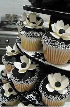 Black and white wedding ideas #weddingcake #wedding #cupcakes