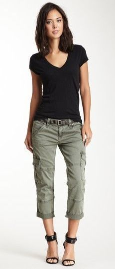 Love these pants and basic shirt combo for summer/early fall days. Would wear this with flats or sandals.
