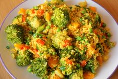 This cauliflower rice dish with vegetables is low carb, gltuen free and paleo. Vegan and vegetarian too. A great side dish or a small main dish. Yummy Recipes, Rice Recipes, Vegetarian Recipes, Healthy Recipes, Veggie Recipes, Recipies, Going Vegetarian, Vegetarian Dinners, Fast Recipes
