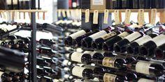 A la hora de comprar un vino hay algunos consejos que debes seguir y ciertas cosas en las que te debes de fijar para que no resulte un fiasco; te decimos...
