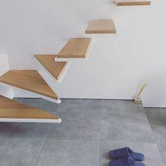 デニムのスリッパ。 床がタイルなので、スリッパは必要。 このところのお気に入りは無印良品✨ インソールあり、洗濯OK、デニム素材もGOOD❣️ おまけにセールだった #マイホーム#マイホーム記録 #マイホーム完成 #建築家住宅 #建築家とつくる家 #注文住宅 #ミニマルデザイン #ミニマルインテリア #シンプルインテリア #片持ち階段 #無印良品 #グレータイル #myhome #instahome #lovemyhome #architecture #minimalstyle #staires #sanwacompany