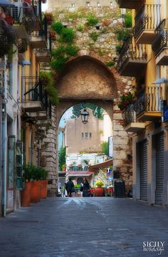 Porta Catania, c. - Taormina, Province of Messina , Sicily region italy. I loved this town. Places Around The World, Oh The Places You'll Go, Places To Travel, Travel Destinations, Taormina Sicily, Catania Sicily, Messina Sicily, Wonderful Places, Beautiful Places