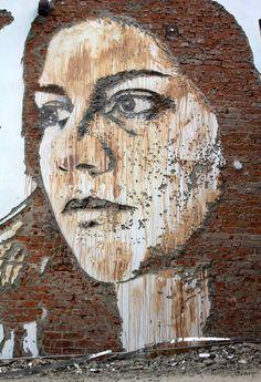 Destruindo para criar: Alexandre Farto retira pedaços das paredes para dar forma aos seus incríveis retratos.