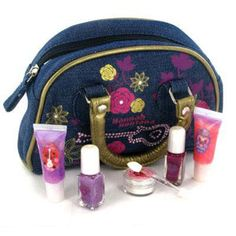 Hannah Montana Denim Cosmetic Bag This Hannah Montana Denim Cosmetic Bag contents 2x Nail varnish,2x Lip Gloss Tubes,1 Face shimmer and applicator. http://www.comparestoreprices.co.uk/cosmetics/hannah-montana-denim-cosmetic-bag.asp