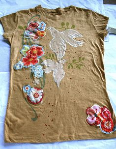 use a bleach pen, ruffles and patches to revamp a t-shirt- Pam Garrison Look Hippie Chic, Estilo Hippie Chic, Textiles, Sewing Hacks, Sewing Projects, Alter Pullover, Diy Kleidung, Bleach Pen, Batik