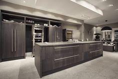 New Classic Bino    Natuurlijke elementen, zoals het 8 cm dikke natuurstenen werkblad en de massief eikenhouten deuren, zijn prachtig samengesmolten in dit ontwerp. Opvallende blikvangers in deze keuken zijn de rvs-elementen. Zowel de grepen als de designkranen springen direct in het oog.