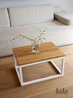 Nowoczesne połączenie drewna i stali. Stolik znakomicie wpisuje się we wnętrza skandynawskie i minimalistyczne.  Wykorzystany materiał: dębowy blat zabezpieczony matowym, bezbarwnym lakierem oraz stalowy stelaż malowany proszkowo na biały kolor.  Wymiary: 70 cm x 50cm.  Wysokość: 40 ...