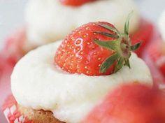 Do It Yourself: Saftige Strawberry-Cupcakes backen. DIY-Anleitung via DaWanda.com