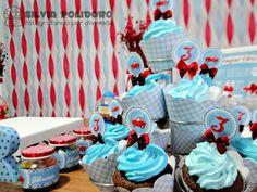Cupcakes de chocolate recheado com brigadeiro de doce de leite e coberto com chantilly.