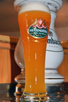 ein frisch gezapftes Herrnbräu Weizenbier im Hotel Sassor