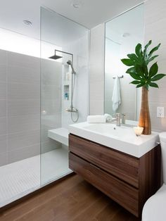 A iluminação natural nesse banheiro é incrível!!! Um janelão linear no alto da parede, clean e funcional.