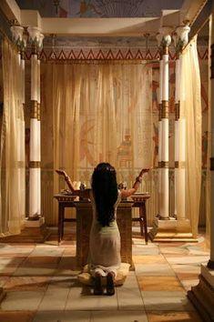 """La parola egizia """"Heka"""" viene tradotta oggi con il termine magia, anche se indicava qualcosa di ben diverso da quello che intendiamo noi. Oggi, infatti, si tende a pensare alla magia come a qualcosa di negativo, ma essa per gli Egizi non era volta al male. La magia era parte integrante del pensiero religioso perché rappresentava l'energia impiegata dal dio primordiale per creare il mondo e mantenere l'equilibrio cosmico."""