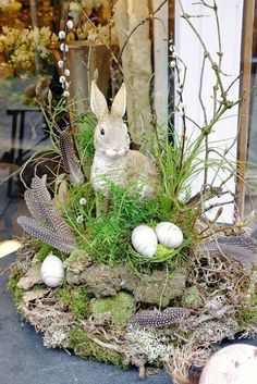 Great Easter decoration with flowers Bergine favorite style- Tolle Osterdekoration bei Blumen Bergine Easter Flower Arrangements, Easter Flowers, Easter Colors, Home Decor Baskets, Basket Decoration, Oster Dekor, Diy Osterschmuck, Fleurs Diy, Diy Easter Decorations