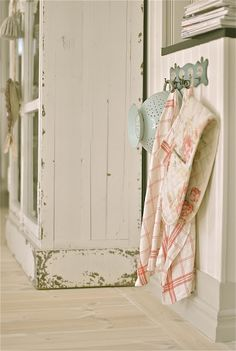 a place to hang the kitchen towels Country Cottage Interiors, Cottage Style Decor, Country Decor, Farmhouse Decor, Cottage Farmhouse, Country Charm, Cottage Living, Vintage Country, Rustic Charm