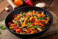 ¡Rápida! Consiente a la familia e incluye verduras a la comida con esta fácil receta de Fajitas de pollo salteadas con pimientos y champiñones.
