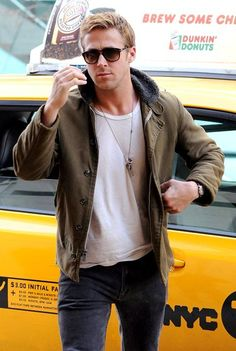 If there is any Hollywood star who can make his looks impossibly handsome even without trying too much harder, than he must be Ryan Gosling. Ryan Gosling Drive, Ryan Gosling Style, Ryan Thomas, Look Man, Sharp Dressed Man, Well Dressed, Rock And Roll, Famous Men, Perfect Man