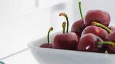 CURIOSIDADE Sabia que ...  Nódoas de Cereja Contra o sumo vermelho do fruto com caroço, o sumo de um limão espremido pode ajudar. A nódoas de cerejas podem ser retiradas com lixívia delicada para cores ou, nos brancos, com detergente de remoção de nódoas.