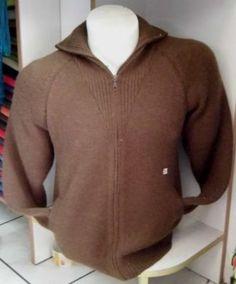 Legere Herren #Strickjacke aus warmer, weicher #Alpakawolle gestrickt. Mit Reißverschluss verschließbar.