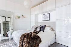 lit pont blanc brillant en déco scandinave moderne de la chambre adulte