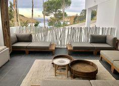 Een droomplek. Vanaf je terras zicht op de baai! Ibiza... Heerlijk loungen met de exclusieve buitenmeubelen van Royal Design. #teakoutdoor #royaldesign_outdoor #sunbrella #loungefurniture
