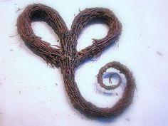 Suvikumpu: Risusydän Nature Decor, Door Wreaths, Garden Art, Diy And Crafts, Christmas Wreaths, Letters, Door Hangers, Advent, Gardening