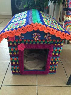 My crochet covered dog kennel! Crochet Animals, Crochet Toys, House 2, Crochet Dog Clothes, Dog Crate Cover, Pet Kennels, Photo Chat, Cat Accessories, Dog Pattern
