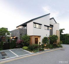 """집을 짓기 위해 다년간 공부한 똑똑한 건축주와 정교한 일본의 기술력이 만나 완성한 집에 대한 보고서. """"그때는 다 그랬다지만 어릴 적 참 없이 살았어요. 그때 소원이 비 오는 날, 비를 맞지 않고 세수할 수 있는 집에서 사는 것이었죠. 아파트 사는 집 애들 얼굴이 그렇게 깨끗해 보이더라고요."""" 그때부터였을까. 아마 건축주에게 집짓기란 숙명이기도 하고 사 Brick Architecture, Minimalist Architecture, Residential Architecture, Architecture Details, Tiny House Design, Modern House Design, Exterior House Colors, Exterior Design, Small Villa"""