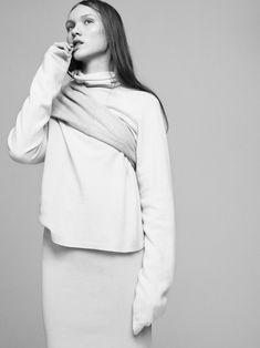 Minimalist Fashion - chic minimal knitwear // Ph. Andreas Ohlund & Maria Therese