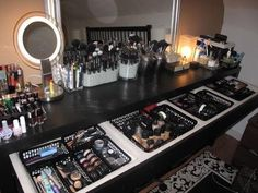 Makeup Vanity Organization / Storage looks like heaven to me! Makeup Vanity Or Home Design, Home Interior Design, Design Design, Closets Pequenos, Malm Dressing Table, Dressing Room, Rangement Makeup, Make Up Storage, Makeup Rooms